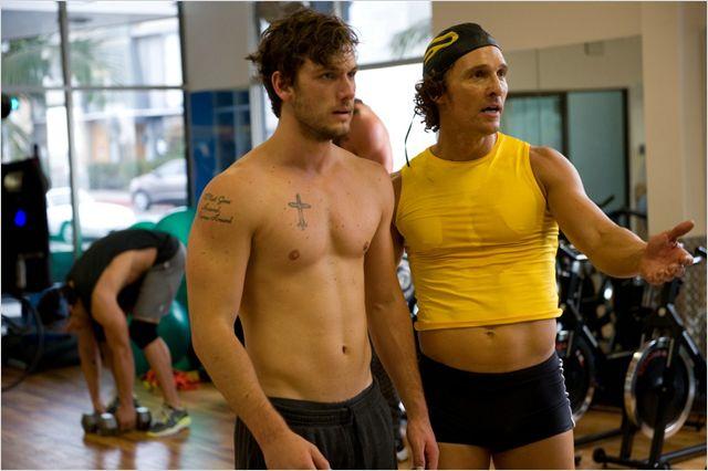 Photo d'Alex Pettyfer et Matthew McConaughey se regardant dans le miroir d'une salle de sport dans le film Magic Mike de Steven Soderbergh.