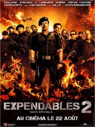 Affiche du film Expendables 2 sur laquelle nous retrouvons tout l'impressionnant casting mené par Sylvester Stallone dans un décor enflammé.