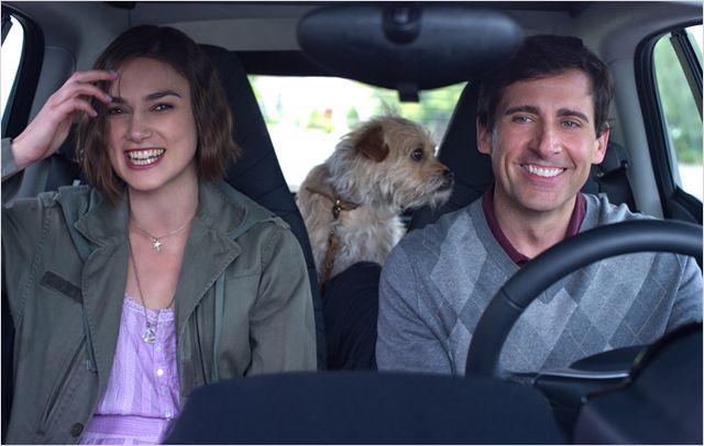 Photo de Keira Knightley et Steve Carrell dans le film Jusqu'à ce que la fin du monde nous sépare. Les deux acteurs sont en voiture et rient.