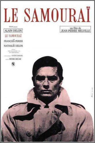 Affiche du Samouraï de Jean-Pierre Melville sur laquelle Alain Delon est face l'objectif et paraît pragmatique et menaçant devant un fond blanc.