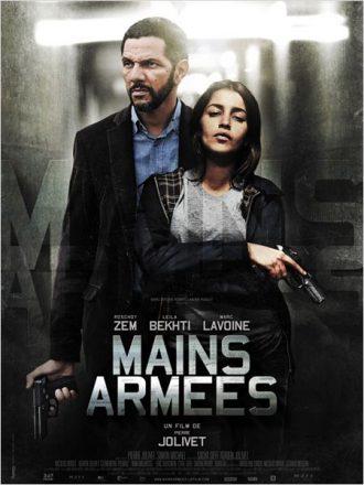 Affiche du film Mains Armées de Pierre Jolivet sur laquelle Roschdy Zem et Leïla Bekhti sont face à l'objectif dans un couloir gris, tenant chacun une arme.