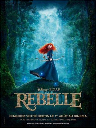 Affiche de Rebelle sur laquelle l'héroïne est face à l'objectif, tenant un arc, dans une forêt qui semble enchantée.