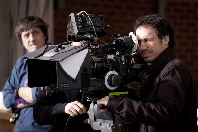 Photo d'Alexandre Astier sur le tournage de David et Madame Hansen en plein tournage d'une scène.
