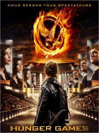 Affiche du premier volet de la saga Hunger Games réalisé par Gary Ross sur laquelle nous découvrons Katniss de dos prête à affronter la foule. De grandes affiches représentant son visage et celui de Peeta sont affichés sur une immense allée.