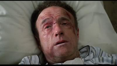 Photo de James Caan dans le film Misery de Rob Reiner, allongé sur un lit, blessé et agonisant.