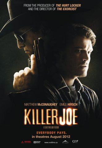 Affiche du film Killer Joe de William Friedkin. Le visage de McConaughey portant des lunettes, un chapeau et levant une arme se trouve la partie gauche alors que celui d'Emile Hirsch apeuré est visible sur la partie droite, devant un fond noir.