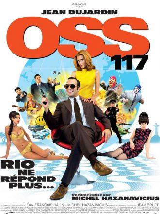 Affiche du film OSS 117 de Michel Hazanavicius qui présente les personnages principaux sur un montage photo. Jean Dujardin est bien sûr au centre de l'affiche, assis, souriant et tenant une arme.
