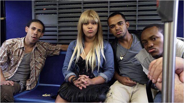 Photo de certains des élèves du bus de The We and The I de Michel Gondry. Les quatre personnages sont à l'arrière du bus et font des grimaces à un usager.