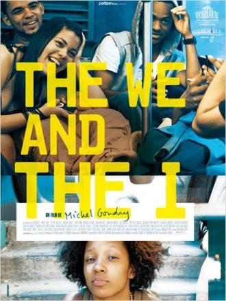 Affiche du film The We and The I de Michel Gondry sur laquelle nous découvrons plusieurs étudiants assis dans le fond d'un bus en train de rire ainsi qu'une autre assise sur le perron d'un immeuble.