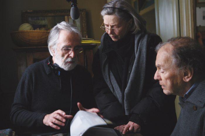Photo de Michael Haneke, Emmanuelle Riva et Jean-Louis Trintignant sur le tournage du film Amour. Dans un appartement parisien, le réalisateur et ses deux acteurs semblent revoir un élément du scénario.