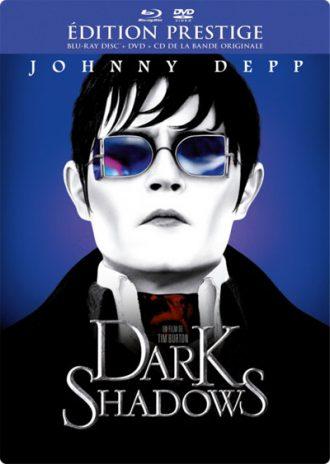 Jaquette du Blu Ray français de Dark Shadows sur laquelle nous voyons le portrait de Johnny Depp avec des lunettes de soleil devant un fond bleu.