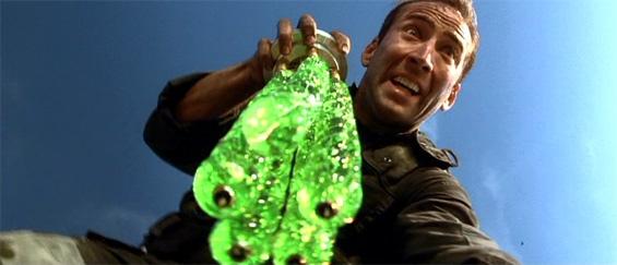 Photo de Nicolas Cage dans le film The Rock de Michael Bay. L'acteur est pris en contre-plongée, tenant dans sa main droite avec un air affolé des virus mortels.