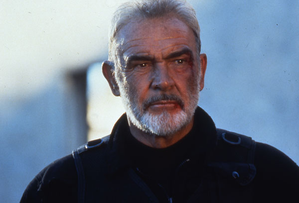 Photo de Sean Connery dans le film The Rock de Michael Bay. L'acteur est pris face à l'objectif et semble blessé au visage.