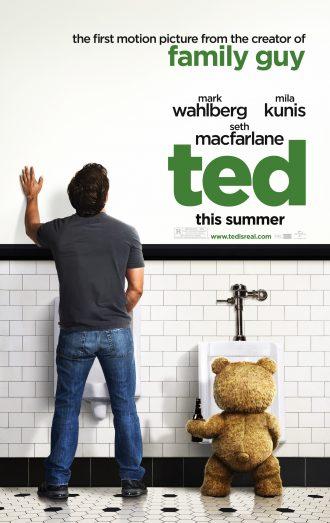 Affiche du film Ted réalisé par Seth MacFarlane sur laquelle Mark Wahlberg et Ted sont dans les toilettes d'un bar et urinent côte à côte. L'ours en peluche tient une bière. Ils sont pris de dos.