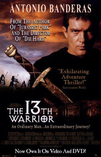 Affiche du film Le 13ème Guerrier de John McTiernan sur laquelle Antonio Banderas est face à l'objectif et tient une épée. De mystérieux cavaliers ressemblant à des ours chevauchent au second plan.