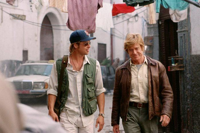 Photo de Brad Pitt et Robert Redford dans le film Spy Game de Tony Scott. Les deux acteurs marchent ensemble et discutent dans une rue de Beyrouth.