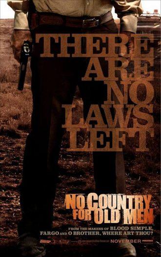 Affiche du film No Country For Old Men des frères Coen sur laquelle nous voyons le bas du corps du shérif interprété par Tommy Lee Jones, qui tient une arme dans un paysage du Texas.