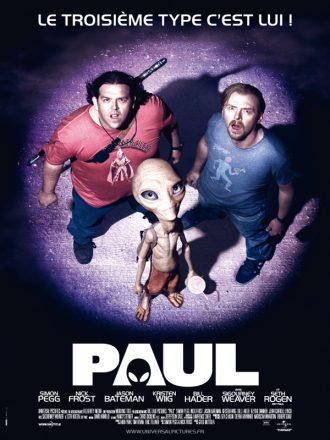 Affiche du film Paul sur laquelle l'alien, Simon Pegg et Nick Frost sont éclairés par un hélicoptère et regardent dans sa direction.