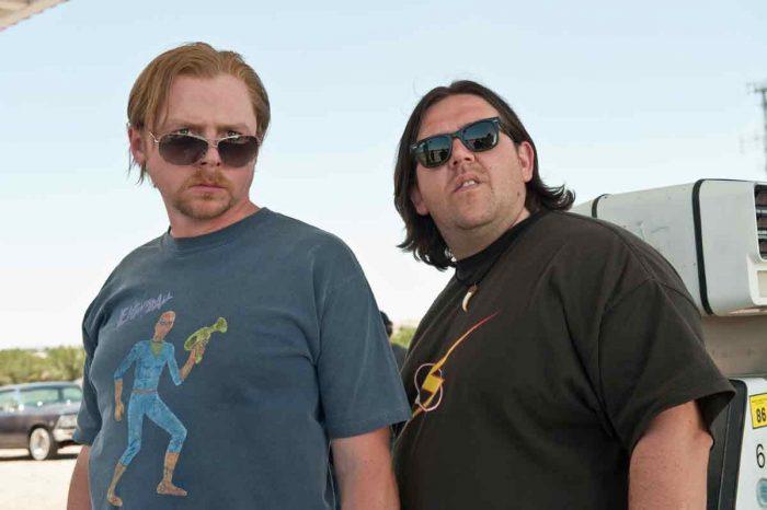 Photo de Simon Pegg et Nick Frost dans le film Paul de Greg Mottola. Les deux acteurs semblent regarder étrangement quelque chose dans une station service.
