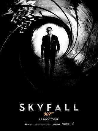 Affiche de Skyfall de Sam Mendes sur laquelle Daniel Craig avance vers le célèbre viseur.
