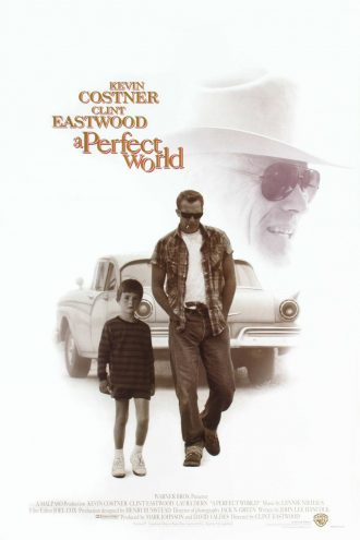Affiche du film Un monde parfait de Clint Eastwood. Kevin Costner et T.J. Lowther marchent devant une voiture au centre de l'affiche devant un fond blanc. En haut à droite, le visage de Clint Eastwood est visible.