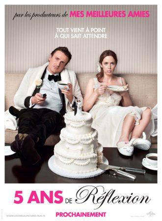 Affiche du film Cinq ans de réflexion sur laquelle Jason Segel et Emily Blunt paraissent blasés face à l'objectif alors qu'ils sont en tenue pour un mariage et mangent une pièce montée.