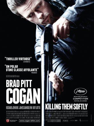 Affiche du film Cogan - Killing Them Softly sur laquelle Brad Pitt pointe un fusil à pompe vers le bas de l'affiche devant un fond noir.