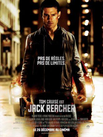 Affiche du film Jack Reacher. Dans la nuit, Tom Cruise est devant une voiture aux phares éclairés, une arme à la main et le regard sombre.