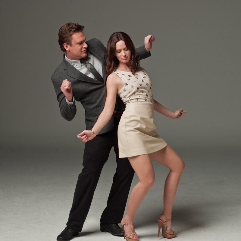 Photo de Jason Segel et Emily Blunt. Les deux acteurs dansent ensemble et semblent très sérieux pour les besoins de la comédie Cinq ans de réflexion.