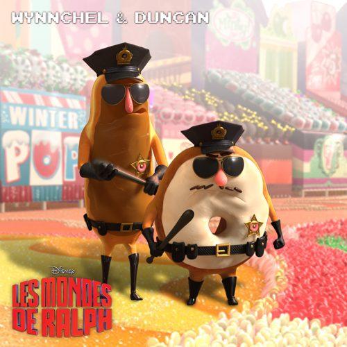 Affiche personnage des patisseries policières du film Les Mondes de Ralph. Wynnchel et Duncan, un éclair et un donuts, portent l'uniforme et la matraque de policiers dans un univers coloré par des sucreries.