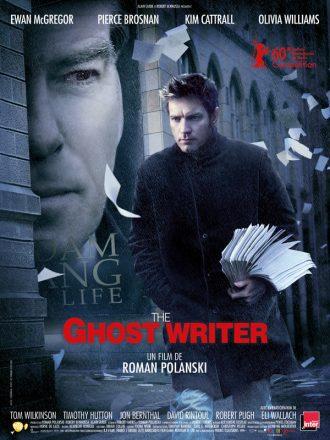 Affiche de The Ghost Writer de Roman Polanski sur laquelle Ewan McGregor marche dans la rue en tenant un manuscrit. Des pages s'envolent. Sur la gauche, le visage de Pierce Brosnan semblant l'observer est visible en bien plus gros.