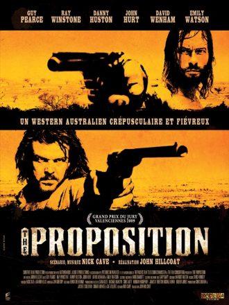 Affiche du film The Proposition de John Hillcoat. Guy Pearce et Danny Huston brandissent chacun une arme sur deux photos distinctes. La couleur orange renforce la notion de chaleur et l'oppression du désert.