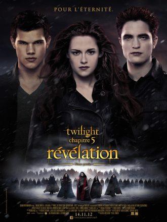 Affiche du film Twilight Chapitre 5 : Révélation 2è partie sur laquelle les trois personnages principaux sont alignés sur un montage photo. Leurs ennemis prêts à se battre sont visibles en bas de l'affiche.