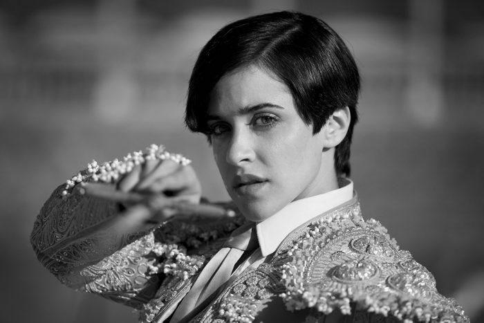 Photo de Macarena Garcia dans le film Blancanieves de Pablo Berger. Sur une photo en noir et blanc, l'héroïne est en tenue de torero face à l'objectif et pointe son épée