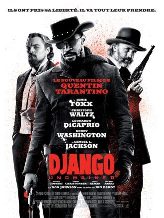 Affiche du film Django Unchained de Quentin Tarantino qui mêle le noir et blanc et la couleur rouge. Jamie Foxx est au centre de l'affiche, un revolver à la main et derrière lui se tiennent avec un regard sombre Leonardo DiCaprio et Christoph Waltz.