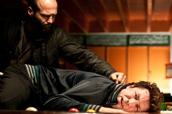 Photo de Jason Statham et Aidan Gillen dans le film Blitz sur laquelle le premier plaque violemment le second sur une table de billard.