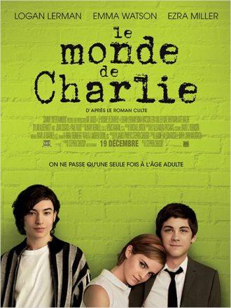 Affiche du film Le Monde de Charlie sur laquelle Ezra Miller, Emma Watson et Logan Lerman posent face à l'objectif devant un mur vert.