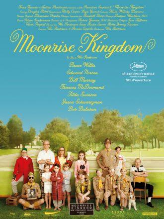 Affiche du film Moonrise Kingdom de Wes Anderson sur laquelle nous voyons les personnages principaux poser devant un faux paysage.