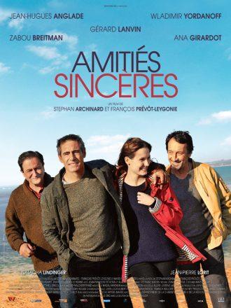 Affiche du film Amitiés Sincères sur laquelle les quatre personnages principaux marchent sur la plage et rient.
