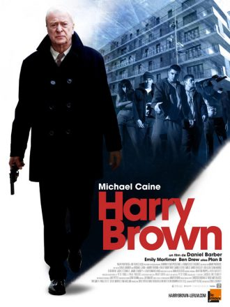 Affiche du film Harry Brown sur laquelle Michael Caine marche armé. Un gang de jeunes en bas d'un bâtiment est visible en haut à droite de l'affiche, comme pour signifier les ennemis de Caine.