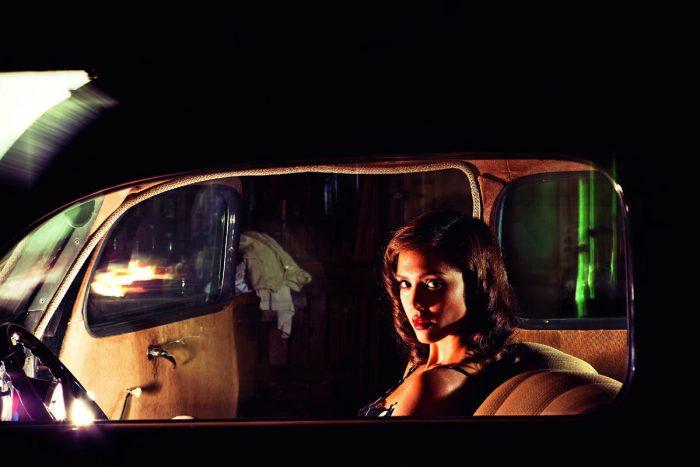 Photo de Jessica Alba dans le film The Killer Inside Me. Dans un cadre des années 50, l'actrice est dans une voiture et regarde vers l'objectif.