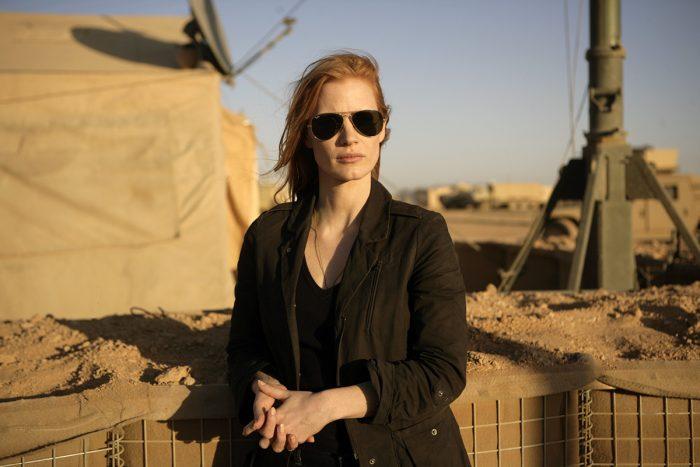 Photo de Jessica Chastain dans le film Zero Dark Thirty de Kathryn Bigelow. L'actrice est face à l'objectif sur une base militaire américaine.