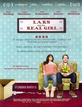 Affiche américaine du film Une fiancée pas comme les autres, sur laquelle Ryan Godling est sur un sofa face à l'objectif, tient un bouquet de fleurs et sourit. A sa gauche, un carton déballé est visible et une poupée gonflable habillée est à côté de Gosling.