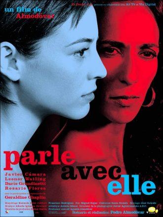 Affiche du film Parle avec elle d'Almodovar sur laquelle Leonor Watling est de profil et Rosario Flores est de face devant un fond noir. Un filtre bleu recouvre le visage de Watling et un rouge celui de Flores.