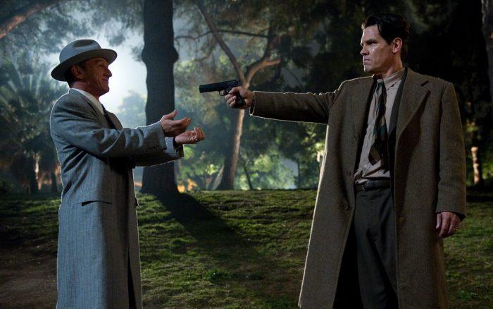 Photo de Sean Penn et Josh Brolin dans le film Gangster Squad de Ruben Fleischer. Brolin braque Penn avec une armé qui tente de le raisonner dans un parc.