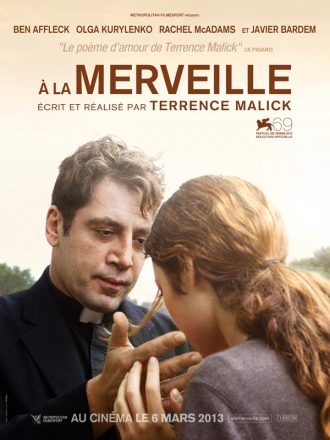 Affiche du film A la merveille de Terrence Malick sur laquelle le prêtre interprété par Javier Bardem tend la main vers le visage baissé d'une paroissienne.