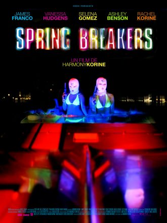 Affiche du film Spring Breakers d'Harmony Korine sur laquelle nous voyons deux femmes en maillot de bain sur un speed boat dans la nuit. Elles sont armées et portent une cagoule. L'éclairage au néon est particulièrement mis en avant.