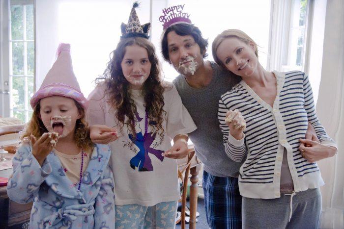 Photo de Paul Rudd et Leslie Mann dans le film 40 ans mode d'emploi de Judd Apatow. Avec leurs filles, les deux parents posent pour une photo de famille en pyjama à l'occasion d'un anniversaire. Ils ont du gâteau sur le visage.