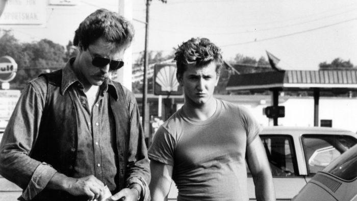 Photo en noir et blanc sur un parking de Christopher Walken et Sean Penn dans le film Comme un chien enragé.