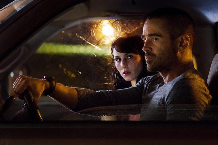 Photo de Colin Farrell et Noomi Rapace dans le film Dead Man Down. Les deux acteurs sont dans une voiture dans une rue, la nuit. Rapace regarde étrangement Farrell qui semble distant et regarde au loin.